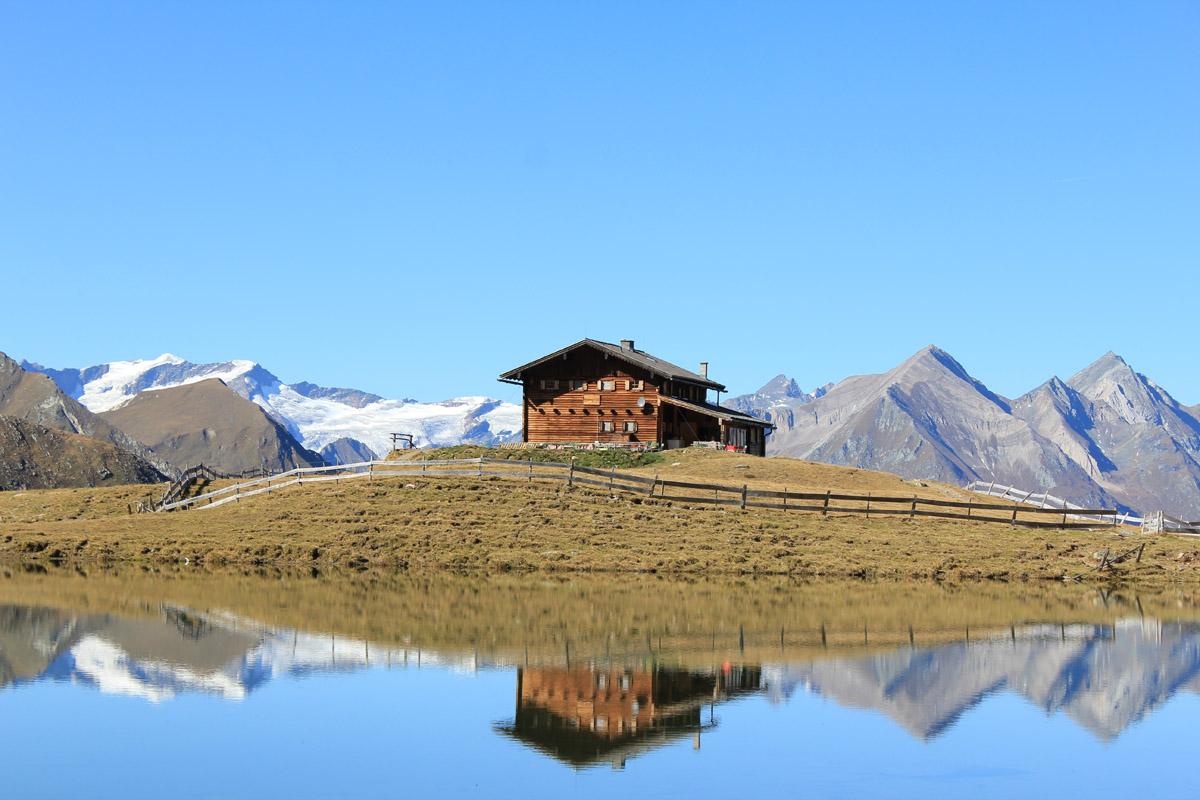 Zupalsee Hütte mit Gebirgskette im Hintergrund