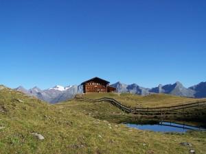 Zupalsee Hütte Vorderansicht mit See